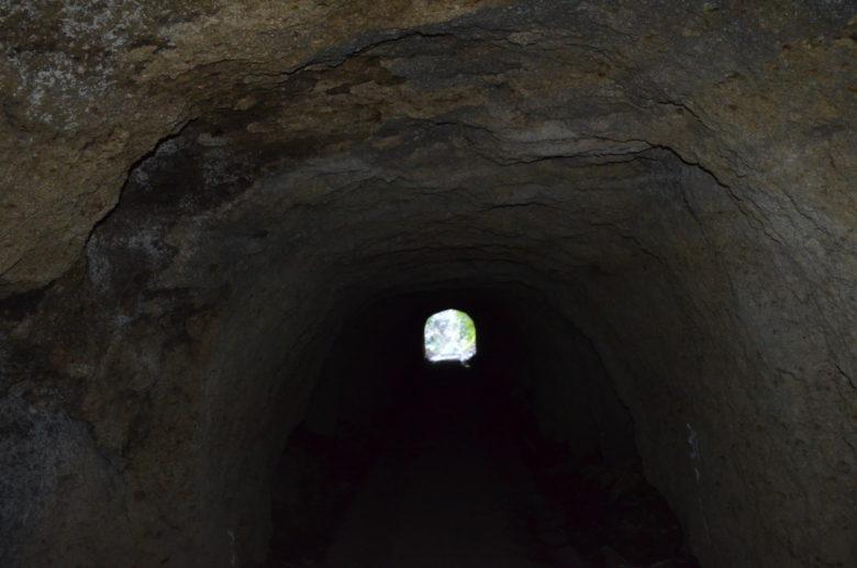 千と千尋の神隠しに出てきそうな手掘りのトンネルの中