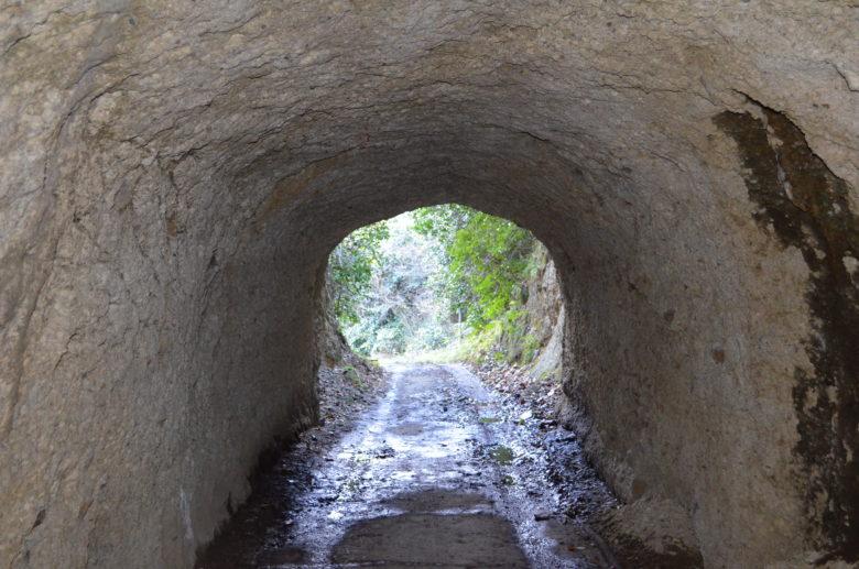手掘りのトンネルの出口
