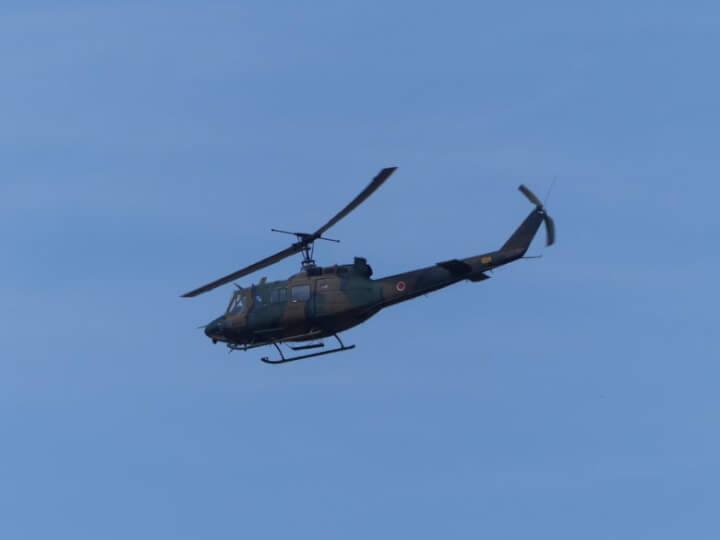 松島基地上空を飛ぶ自衛隊ヘリ