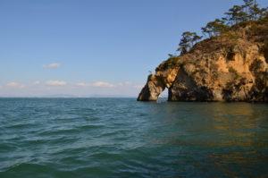 嵯峨渓の穴の開いた不思議な岩