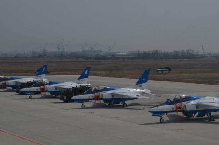松島基地でブルーインパルスが並んでいる様子