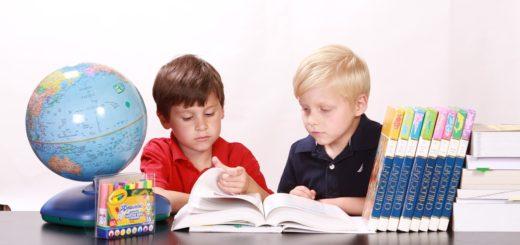 勉強するふたりの子ども