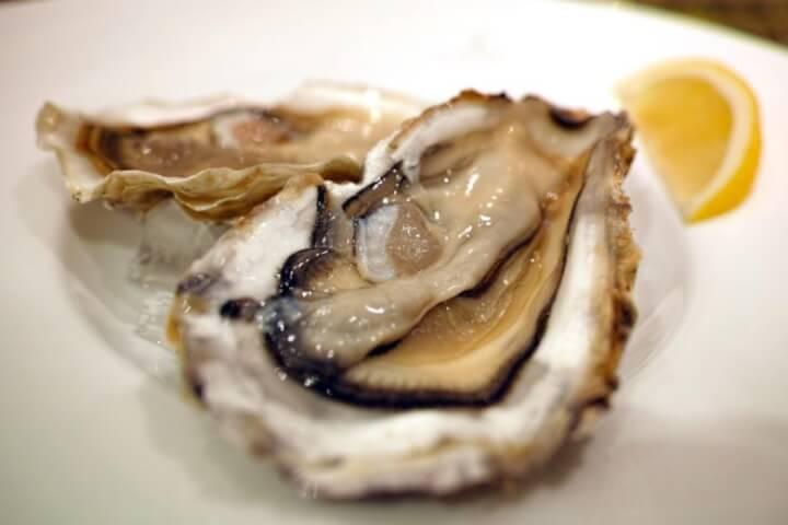 ぶりっぷりの牡蠣のどアップとレモン